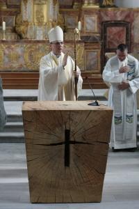 Bischof segnet